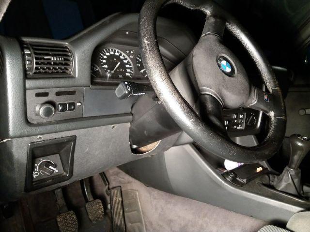 Clips pour garniture de tableau de bord d'une BMW
